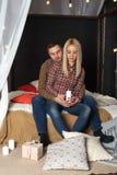 Le type étreint la fille derrière la fille tenant une bougie photos stock