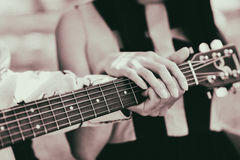 Le type apprend à jouer la guitare avec son amie Couples mâle Photo libre de droits