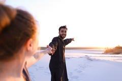 Le type Arabe aimé et la fille européenne tiennent les mains et la promenade le long Image stock