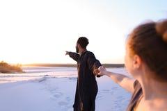 Le type Arabe aimé et la fille européenne tiennent les mains et la promenade le long Photo libre de droits