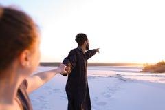Le type Arabe aimé et la fille européenne tiennent les mains et la promenade le long Photographie stock