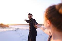 Le type Arabe aimé et la fille européenne tiennent les mains et la promenade le long Images libres de droits