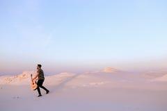 Le type arabe va inspiré par beauté de désert et joue le stri de guitare Image libre de droits