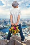 Le type attendant la fille sur le toit d'un gratte-ciel rencontre romantique à l'altitude Image libre de droits