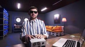 Le type attirant de brune parle à la boîte de participation de caméra d'alimentation d'énergie avec le refroidisseur banque de vidéos