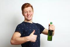 Le type avec de la bière montre le cuir Photographie stock
