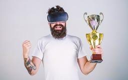 Le type avec des verres de VR a gagné le championnat, gobelet d'or disponible de prise Le hippie sur le visage heureux a gagné le photos libres de droits