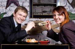 Le type avec la fille mangent des sushi Images libres de droits