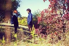 Le type avec la fille s'asseyent embrassant la haute dans les montagnes L'amour, amitié, intimité, ont plaisir à être ensemble Photo libre de droits