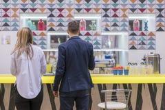 Le type avec la fille se tient près de la barre photo libre de droits