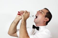 Le type avec la relation étroite de proue essaye de sortir la dent Photos stock