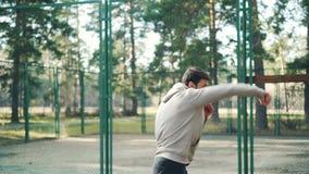 Le type barbu s'exerce en parc faisant des mouvements de boxe seul s'exerçant dans le secteur récréationnel le jour chaud d'autom banque de vidéos