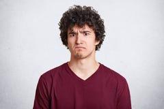 Le type barbu sombre fronce les sourcils visage, étant dissatisfait avec des résultats des exames, explication des demandes pourq photos libres de droits