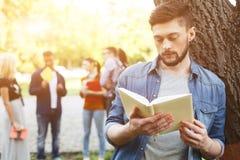 Le type beau étudie dans le campus Photo stock