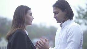 Le type beau chauffe des mains de femelle avec son type d'extérieur de souffle et l'amie passant le temps couplent ensemble dans  banque de vidéos