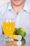 Le type beau derrière du citron, des pilules de la vitamine C et d'un verre de vitamine C s'est dissous au-dessus de la table photographie stock libre de droits