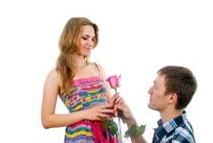 Le type beau propose à l'amie Image libre de droits