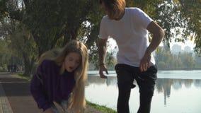 Le type beau s'occupe de l'amie qui s'est foulée sa jambe clips vidéos