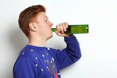 Le type boit de la bière Image libre de droits