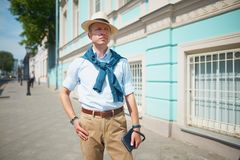 le type dans le chapeau sur la rue image stock
