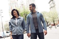 Le type dans la chemise tient la main de fille Photographie stock