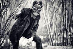 Le type dans le masque de manteau et de gaz portrait Courrier-apocalyptique d'A images libres de droits