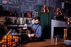 Le type de barman de barman faisant le lait chaud à la barre dans le repos de café Images stock