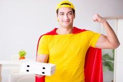 Le type de la livraison de pizza de super héros avec la couverture rouge Photo stock