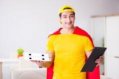 Le type de la livraison de pizza de super héros avec la couverture rouge Photos stock