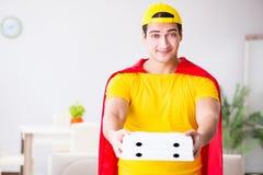 Le type de la livraison de pizza de super héros avec la couverture rouge Image libre de droits