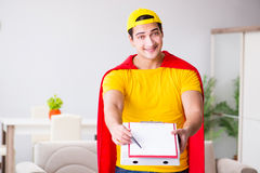 Le type de la livraison de pizza de super héros avec la couverture rouge Photo libre de droits