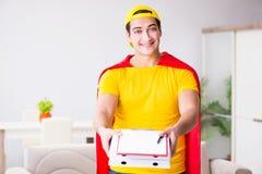 Le type de la livraison de pizza de super héros avec la couverture rouge Images libres de droits
