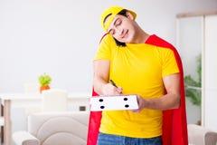 Le type de la livraison de pizza de super héros avec la couverture rouge Photos libres de droits