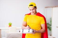 Le type de la livraison de pizza de super héros avec la couverture rouge Photographie stock