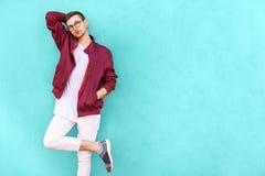 Le type de mode en verres pose près du mur la couleur de l'aigre image libre de droits