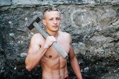 Le type de sports avec un marteau travaille photos libres de droits