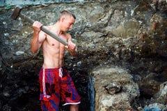 Le type de sports avec un marteau travaille photo libre de droits