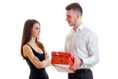 Le type donne à cadeau dans la boîte rouge son amie Photos stock