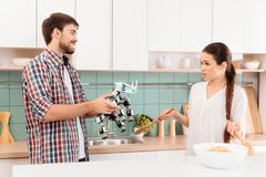 Le type donne à la fille de robot un rhinocéros La fille est peu satisfaite d'un tel cadeau Elle est fâchée et crie Images libres de droits