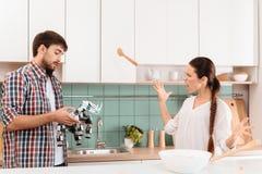 Le type donne à la fille de robot un rhinocéros La fille est peu satisfaite d'un tel cadeau Elle est fâchée et crie Photographie stock