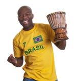 Le type du Brésil avec le tambour est heureux au sujet de son équipe Image libre de droits