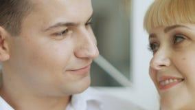 Le type embrasse sa femme enceinte aimée banque de vidéos