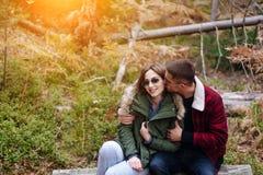 Le type embrasse son amie dans la forêt Image libre de droits