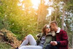 Le type embrasse son amie dans la forêt Image stock