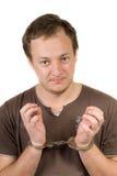 Le type enchaîné dans des menottes. Images libres de droits