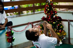 Le type est un manipulateur de serpent dans l'arène d'embrasser un cobra photo stock