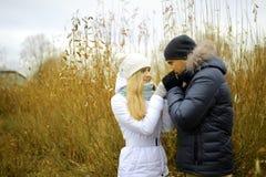 Le type et la fille marchent en parc d'automne photos libres de droits