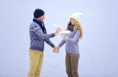 Le type et la fille marchent sur la rivière photos stock
