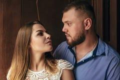 Le type et la fille regardent l'un l'autre, le portrait d'un couple romantique, l'homme et la femme embrassant dans une lumière d Photographie stock