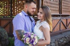 Le type et la fille regardent l'un l'autre, le portrait d'un couple romantique, l'homme et la femme embrassant dans une lumière d Images libres de droits